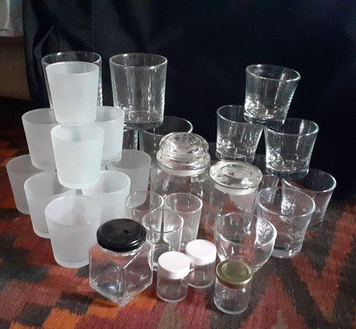 Vários frascos e copos de vidro