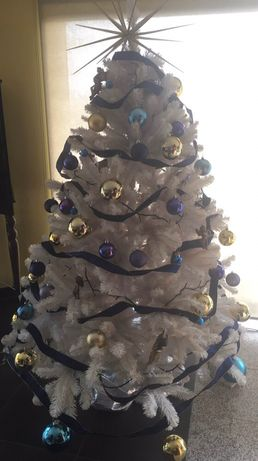 Árvore de Natal branca com todas as decorações incluidas
