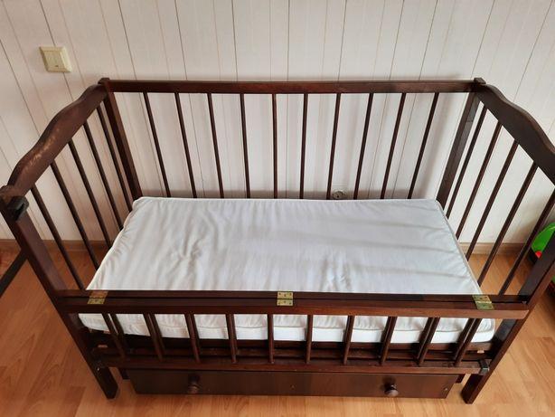 Кроватка детская с маятником и матрасом и шухлядой