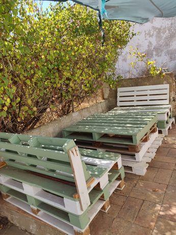 Salão de jardim em paletes (Mesa + 2 Cadeiras)