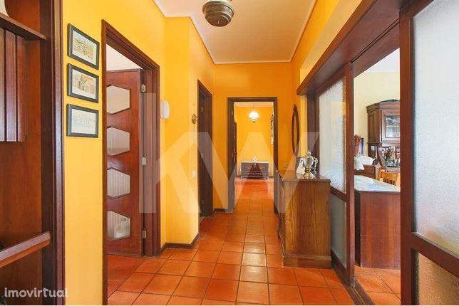 Apartamento T3, com 2 casas de banho e arrumo no sótão, em Azurva