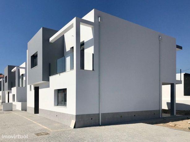 Moradia T3 nova, em fase final de Construção em Lourel, S...