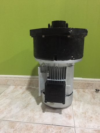 Bomba de água com motor trifásico