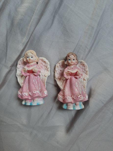 Aniołki figurki czytające książkę