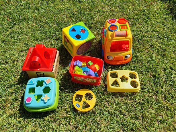 Brinquedos encaixe de formas para bebés.