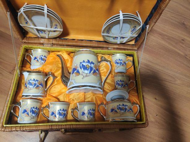 Новый кофейный сервиз в плетёном чемодане