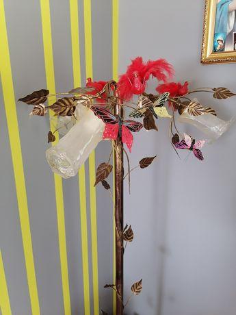 Lampa stojąca z liśćmi
