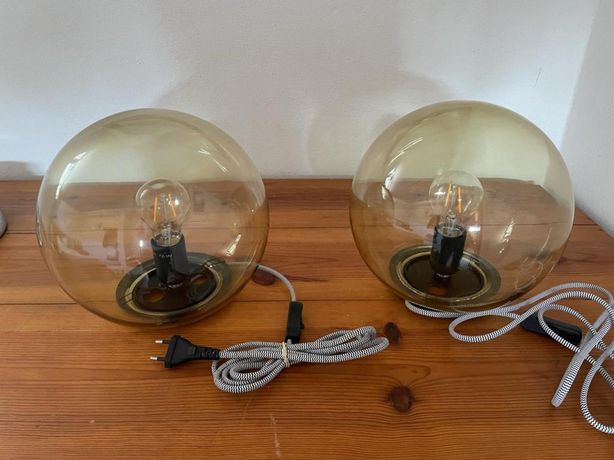 2 candeeiros de mesa Ikea em vidro com as lampadas