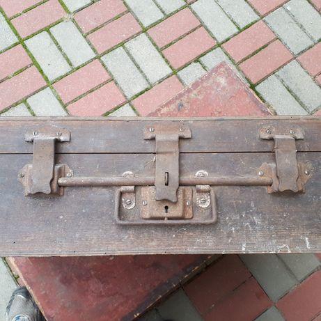 Stara walizka drewniana z ryglem