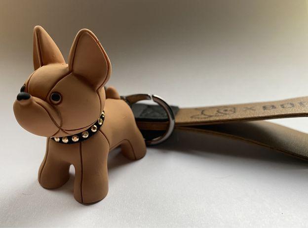 Breloczek Boom! pies buldożek piesek brelok do kluczy torebki brylok k