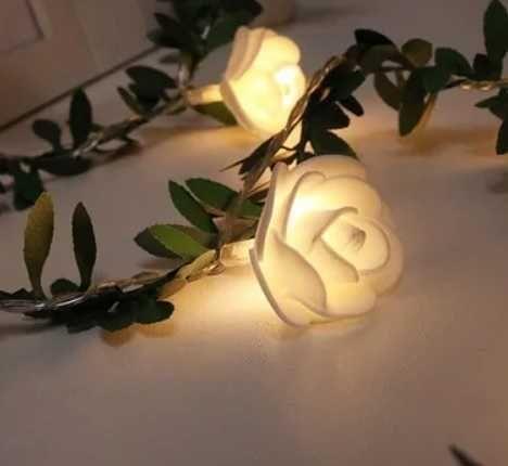 3 metros c 20 rosas brancas c luzes fixas ou intermitentes. Novo!