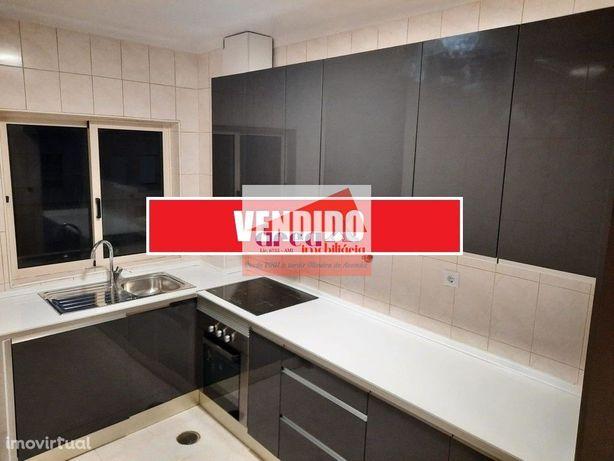 VENDIDO :: T2 Renovado, cozinha com móveis e eletrodomésticos. Lugar d