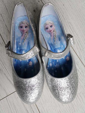 Brokatowe pantofle H&M z motywem bajki Kraina Lodu.