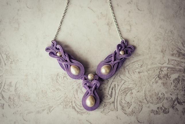 Naszyjnik sutasz w kolorze jasnego fioletu z perełkami