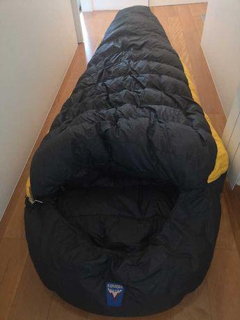 Alpinismo: saco cama, calças e patucos de penas, luvas primaloft