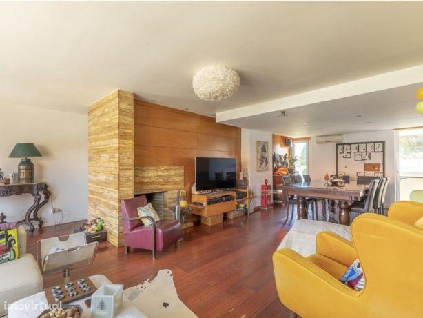 Apartamento T3 em moradia bifamiliar com jardim privativo