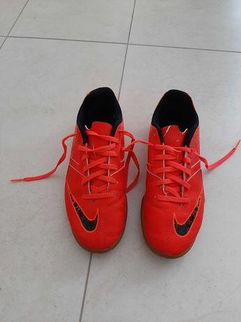 Buty sportowe halowe marki Nike rozm.37,5