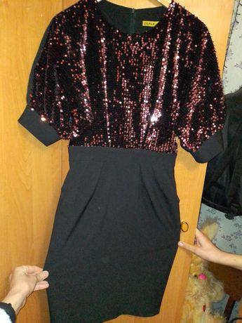Яскрава сукня з паєтками.