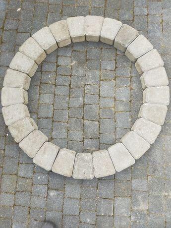 Bruk koło rabata z bruku wydzielenie klombu kamień ognisko grill gril