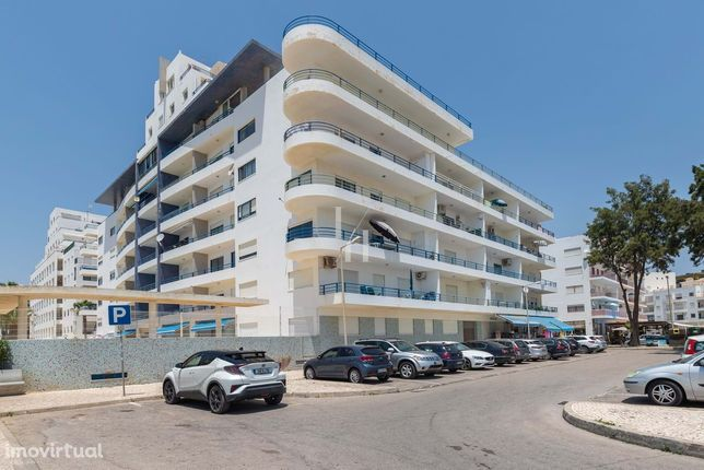 Apartamento T2 renovado com piscina e garagem, frente mar