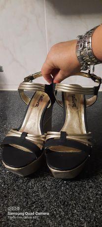 Sandalias pretas e douradas