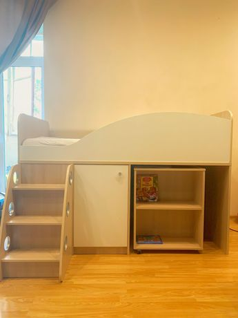 Детская кровать- чердак в комплекте(ступеньки, шкафчик, стол, полочки)