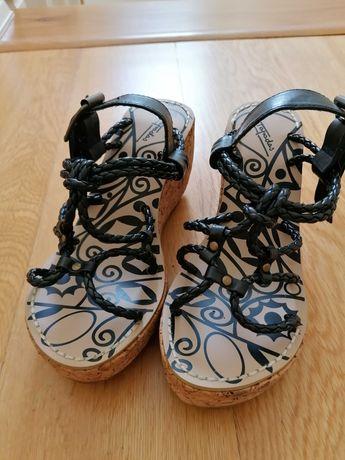 Sandálias de cunha com corda preta