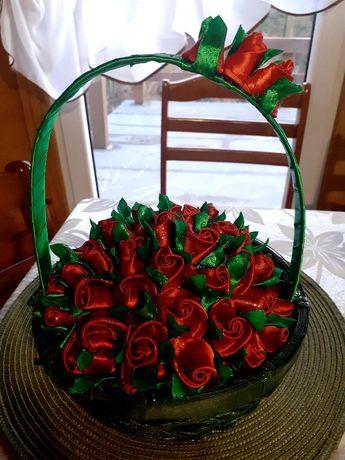 Ręcznie robione koszyki z bukietem róż