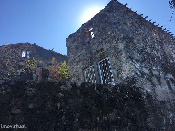 Casa na zona do Geres, em Pedra para restauro com passadiço.
