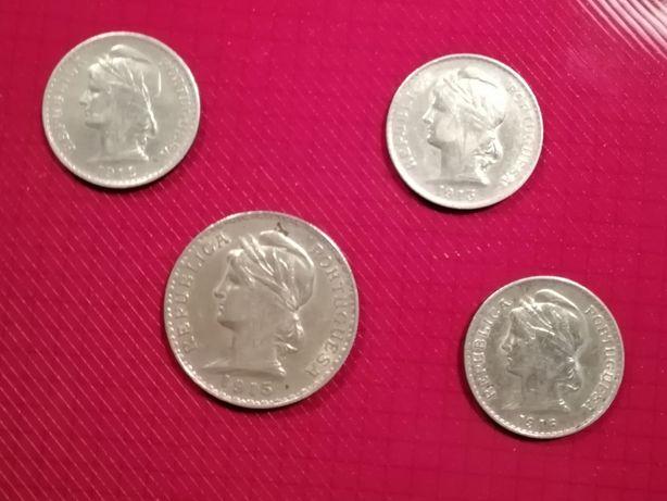 Moedas de 1 escudo e de 50 centavos