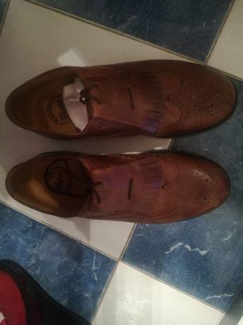Sapatos em pele de franjas