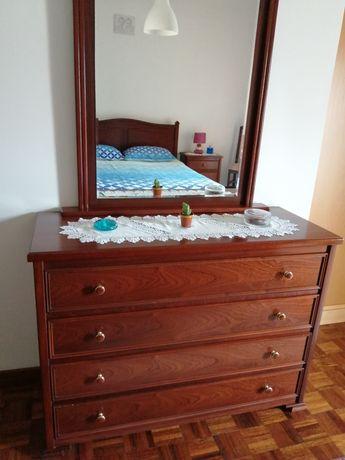 Mobília de quarto: cama casal, cómoda e mesas de cabeceira