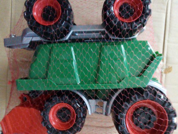 Трактор з прицепом.