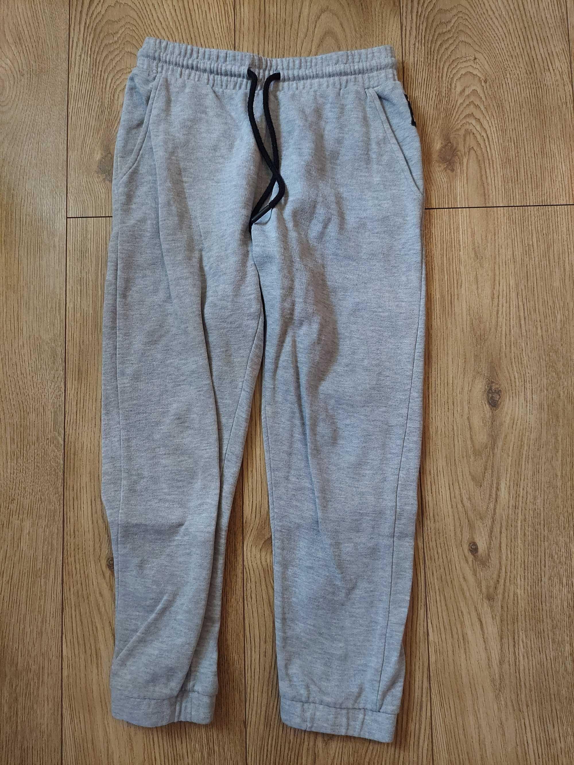 Spodnie dresowe i sztruksowe chłopięce używane Cool Club 134 cm 2 pary