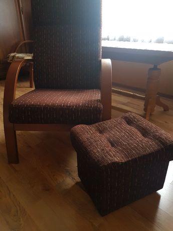 Dwa fotele i dwie pufy