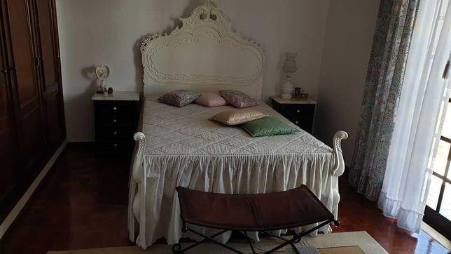 Cama D. José branca + duas mesas cabeceira.