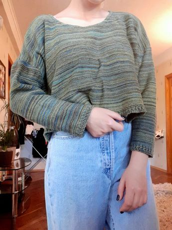 Вязаный тёплый укороченный свитер