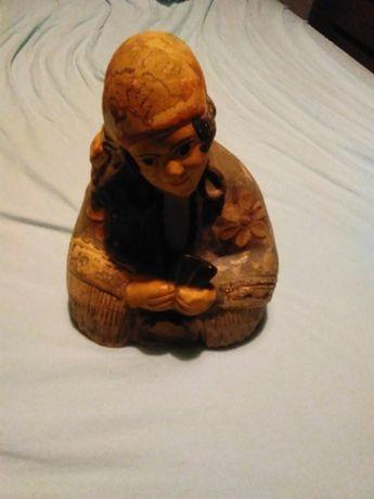 arte antiga: Cigana em terracota a ler as cartas