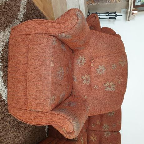 Wygodny fotel w kolorze rudo-brązowym