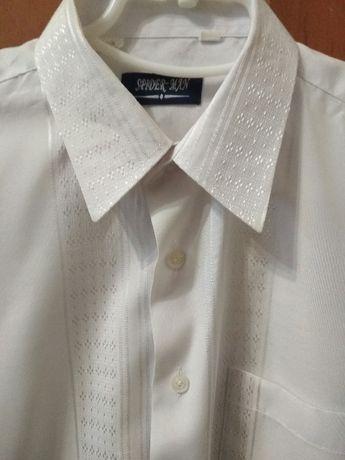 Белая рубашка с выбитым рисунком на 12-13 лет.