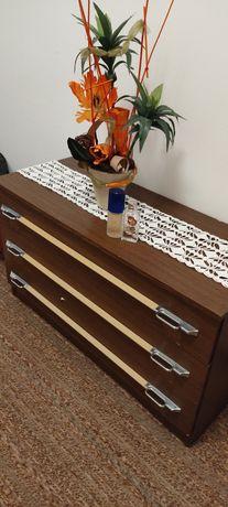Cómodas, cama e mesas de cabeceira