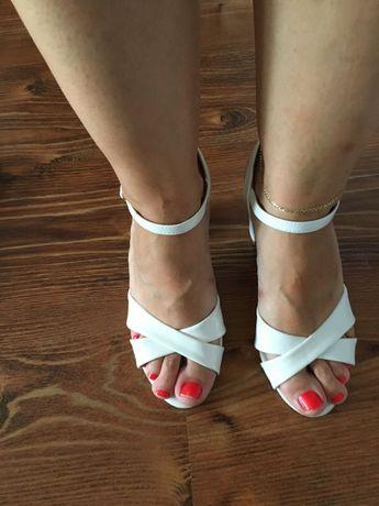 Sprzedam białe sandałki damskie