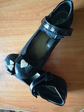 Шикарные кожаные новые туфельки для девочки
