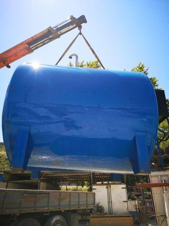 Depósito com capacidade para 6500 litros.