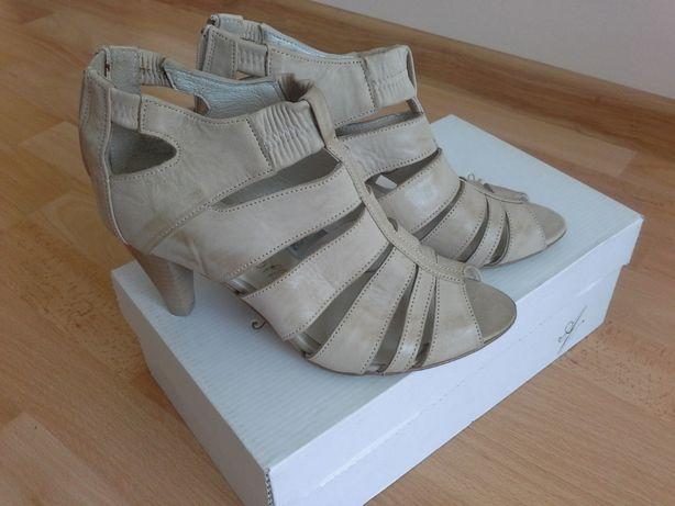 Шкіряні стильні літні бежеві босоніжки із замочком на каблуку для модн