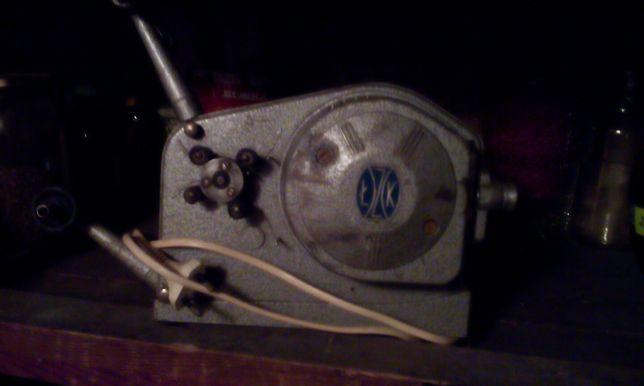Mały projektor filmowy.