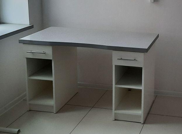 Białe duże biurko