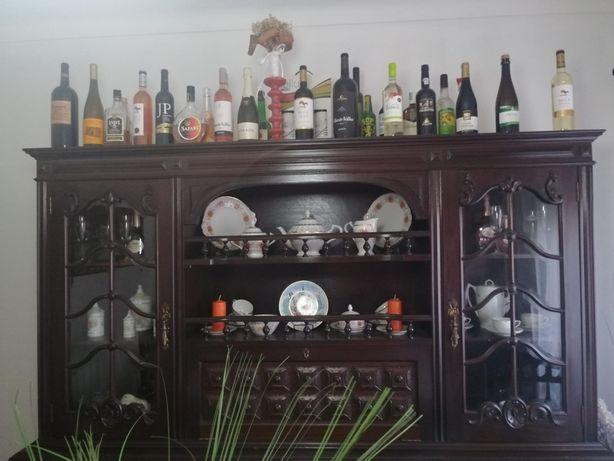 Móvel de sala , com cristaleira e mini bar incorporado .