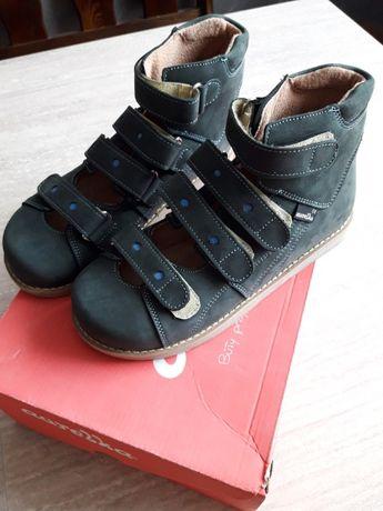 Nowe ortopedyczne buty dla chłopca