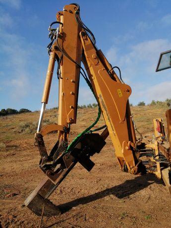 Serviços Terraplanagens, Retro-escavador com Rachar Lenha, etc